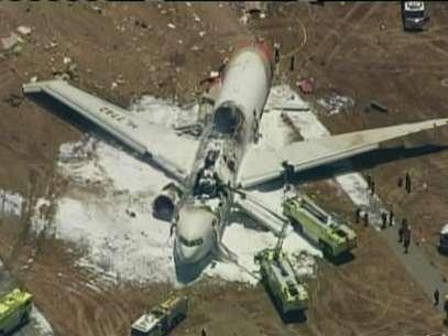 Imagem feita pela rede KTVU mostra o avião destruído após o acidente Foto: Reuters