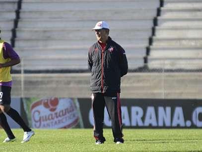Técnico comandou a equipe por 13 meses, mas não resistiu ao mau início de Campeonato Brasileiro Foto: Atlético-PR / Divulgação