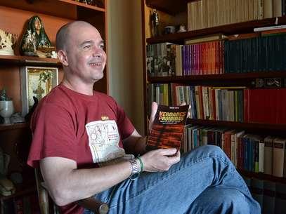 Padre Beto mostra a capa de seu livro 'Verdades Perigosas' Foto: Talita Zaparolli / Especial para Terra