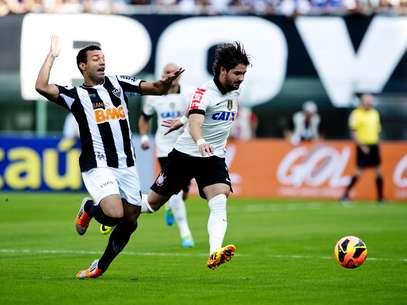 Alexandre Pato tenta jogada contra a defesa do Atlético-MG; atacante teve atuação apagada Foto: Bruno Santos / Terra