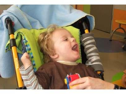 Dois meses após início de tratamento, menino que sofreu paralisia cerebral já sorria e balbuciava algumas palavras Foto: Arne Jensen / Divulgação
