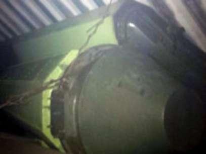 As imagens reproduzidas na televisão local mostraram parte das armas achadas, uns artefatos grandes e alongados de cor verde, arrematados com uma ponta cônica, que estavam ocultos sob as lonas Foto: EFE