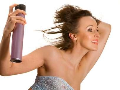 Fácil de aplicar, o xampu a seco ou dry shampoo é um spray, que pode ser aplicado em todos os tipos de cabelo Foto: Shutterstock