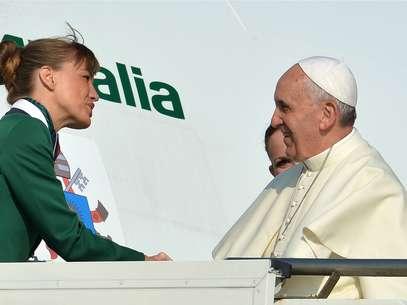 O avião do papa Francisco decolou às 8h55 (horário de Roma, 3h55 em Brasília) com destino ao Rio de Janeiro Foto: AFP