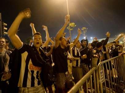 Com fogos de artifício, pelo menos 300 atleticanos se reuniram na frente do Hotel Caesar Business, em Belo Horizonte, para tentar tirar o sono dos jogadores do Olimpia às vésperas da decisão da Libertadores Foto: Ricardo Matsukawa / Terra