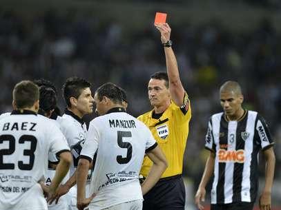 Manzur foi expulso no fim do segundo tempo e facilitou a missão do Atlético-MG Foto: Reuters