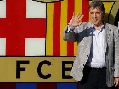 Gerardo Martino posou para a tradicional foto ao lado do escudo do Barcelona, do lado de fora do Camp Nou Foto: EFE