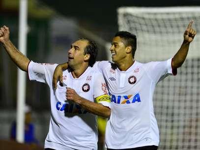 Paulo Baier marcou o gol que deu a vitória à equipe paranaense nos acréscimos do 2º tempo Foto: Fernando Borges / Terra