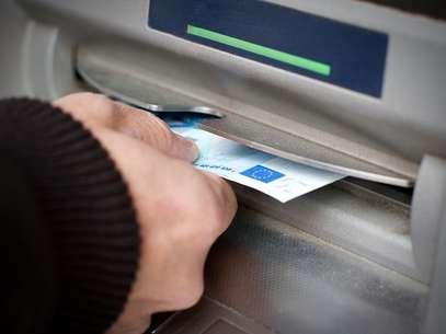 Bancos são obrigados a disponibilizar quatro saques grátis por mês Foto: Shutterstock