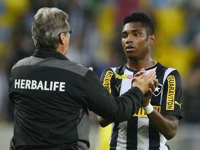 Oswaldo cumprimenta Vitinho, autor do primeiro gol do Botafogo Foto: Daniel Ramalho / Terra