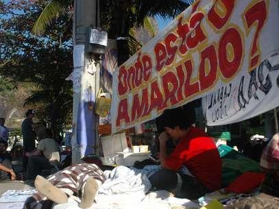Manifestantes que acamparam em frente à casa do governador Sérgio Cabral perguntam pelo pedreiro desaparecido Foto: Alessandro Buzas / Futura Press