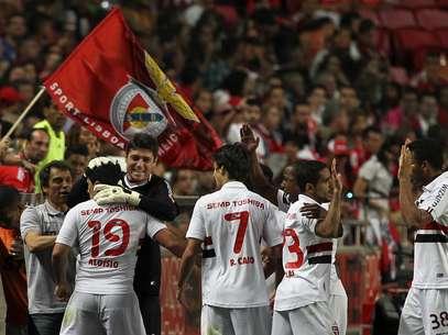 Aloísio e demais são-paulinos comemoram o gol em Lisboa Foto: AFP