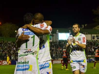 Chapecoense bate Atlético-GO e se mantém no limiar da liderança
