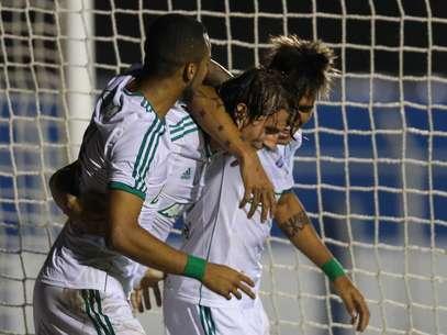 Henrique é abraçado após fazer o segundo e decisivo gol do jogo Foto: Marcello Zambrana/ Inovafoto / Gazeta Press