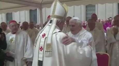 João Paulo II e João XXIII são declarados santos
