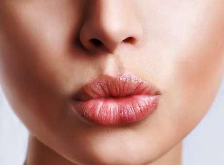 Proteja a boca durante o ano todo e fazer da hidratação labial um hábito. O calor e o frio deixam os lábios ressecados com tendência a fissuras e descamação, e pode, inclusive, desencadear o aparecimento de herpes labial. Para cuidar da sua boca, veja algumas dicas que a dermatologista Vanessa Metz, da Academia Americana de Dermatologia -AAD-, ensina.  Foto: Shutterstock
