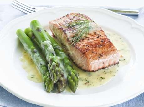 """Peixes ricos em """"gordura boa"""", como o salmão, ajudam a aliviar os sintomas da ansiedade Foto: Getty Images"""
