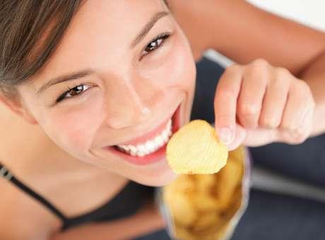 O hábito de comer batatas chips pode estimular o crescimento de bactérias entre os dentes Foto: Getty Images