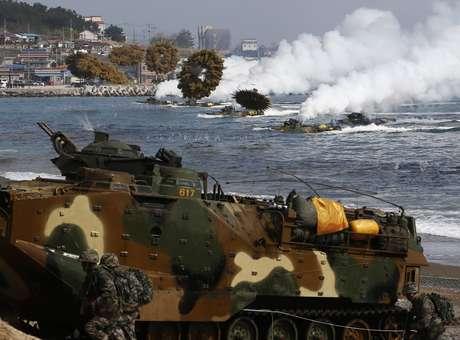 Veículos de assalto sul-coreanos lançam bombas de fumaça à medida que avançam para pousar em terra durante operação em Pohang Foto: Reuters