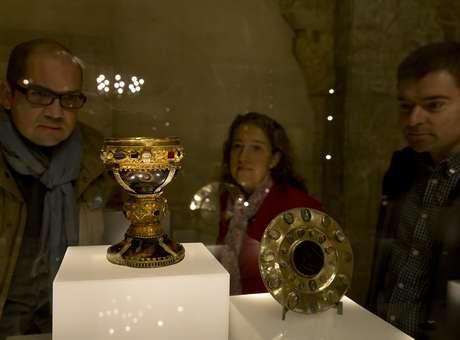 Dois funcionários e um visitante observam o cálice que pertenceu à dona Urraca, filha do rei de Leon Fernando I, entre 1037 e 1065 - exposto no museu da Basílica de San Isidoro Foto: AFP
