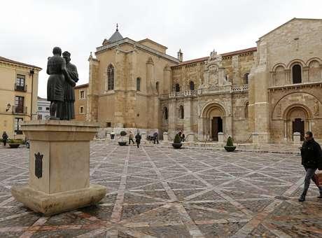 Basílica de San Isidoro, em Leon, Espanha. Pesquisadores espanhóis acreditam que o Santo Graal pode estar em exposição no local Foto: AFP