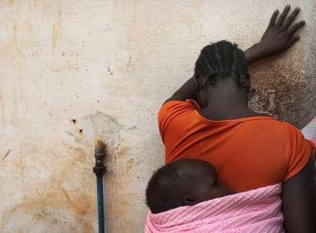 (Imagem de arquivo): sudanesa segura o filho nas costas; uma mulher do país africano foi condenada à morte por se converter ao cristianismo Foto: Getty Images