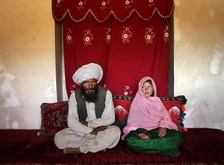 Foto premiada mostra a realidade dos casamentos forçados entre meninas e homens adultos: a menina Ghullam foi vendida ao seu marido, mais de 30 anos mais velho que ela (Foto: Unicef / Reprodução)