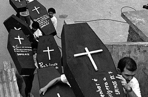1993: Manifestantes carregam caixões que simbolizam as vítimas da chacina de Vigário Geral, no Rio, onde policiais mataram 21 pessoas em 1993 (Foto:Antonio Scorza/AFP)