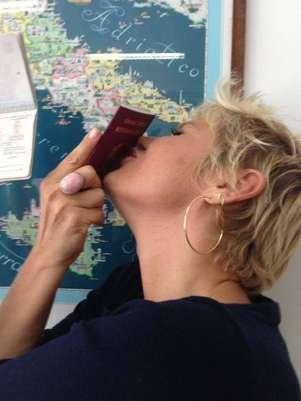 Xuxa postou uma foto com o novo passaporte; agora a apresentadora também tem cidadania italiana Foto: Instagram / Reprodução