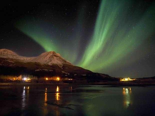 Aurora Boreal, Noruega: quando partículas da magnetosfera encontram a atmosfera da Terra, cria-se um dos mais belos espetáculos da natureza. A aurora boreal ocorre principalmente nos países nórdicos como a Noruega, iluminando o céu com luzes de diferentes cores durante as longas noites do inverno Foto: Visit Iceland / Divulgação