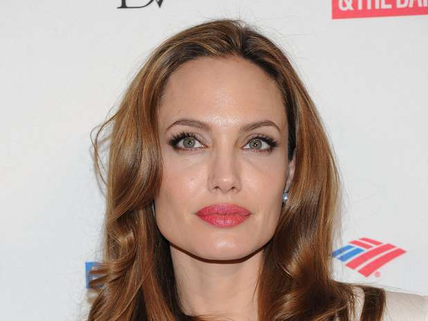Em vez da tradicional pedra-pomes, Angelina Jolie elimina a pele morta dos pés com um tratamento fora do comum. A ideia é mergulhar os pés em um tanque com peixes que mordiscam toda a pele morta, de acordo com o site 'Huffington Post' Foto: Getty Images