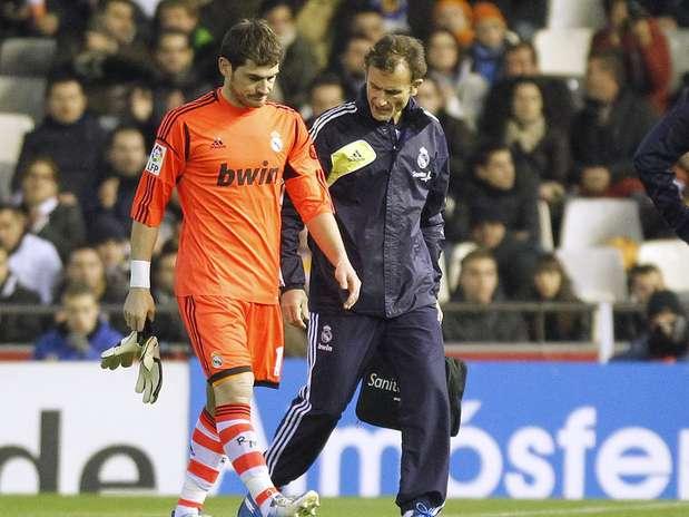 Casillas passou por cirurgia no dedão e pode desfalcar o Real Madrid por até três meses Foto:  / Reuters