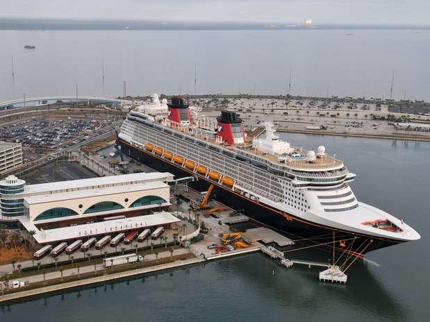 10º) Disney Dream, da Disney Cruises - O Disney Dream, que iniciou viagens em 2011 com capacidade para 2,5 mil passageiros, foi o primeiro navio da companhia construído em mais de uma década. O navio leva a assinatura da Disney e tem a primeira montanha russa aquática, o AquaDuck. Oferece ainda um deck inteiro dedicado as crianças e o restaurante francês Remy, que custa 75 (R$ 150) dólares por pessoa Foto: Disney Cruise Line/Divulgação
