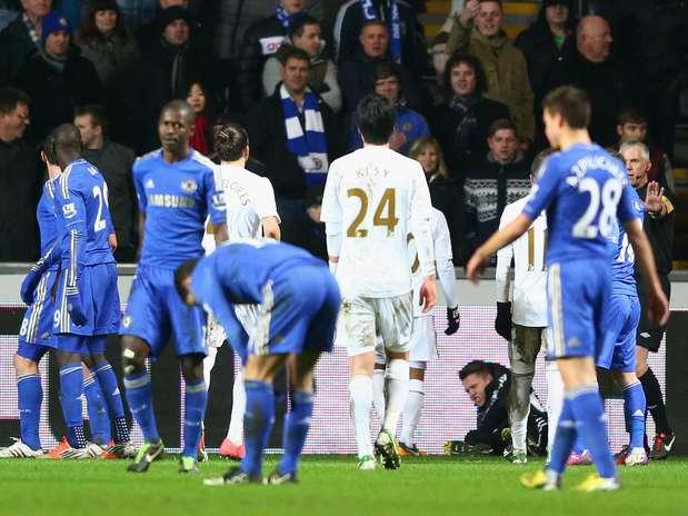 No fim do jogo, belga chutou gandula que atrasava reposição de bola e foi expulso; Swansea decide com Bradford Foto:  / Getty Images