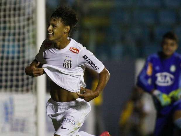 Depois de balançar a rede duas vezes, Neilton ainda marcou um golaço Foto: Marcos Bezerra / Futura Press