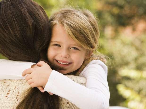 Quando abraçamos alguém, o hormônio ocitocina ajuda a diminuir a pressão arterial Foto:  / Getty Images