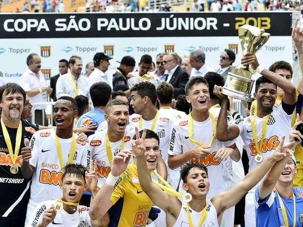 Já com o troféu em mãos, jogadores do Santos comemoram a conquista desta sexta-feira Foto: Fernando Borges / Terra