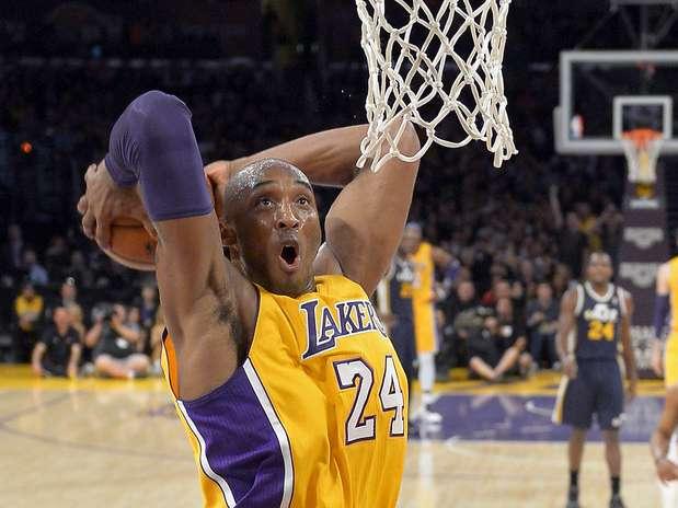Kobe Bryant foi grande destaque dos Lakers e quase deixa a partida com um triple-double Foto:  / Reuters