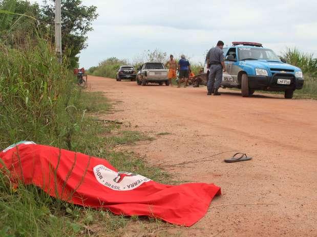 Corpo de Cícero Guedes foi coberto por bandeira do MST Foto: Mauro de Souza/Ururau / Futura Press