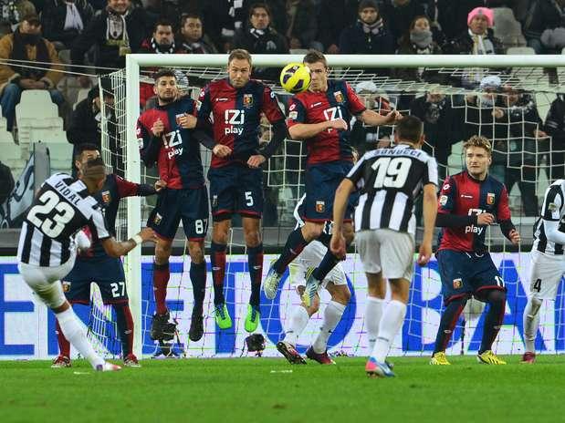 Juventus sofreu com a defesa do Genoa, que montou retranca para segurar a pressão Foto:  / AFP