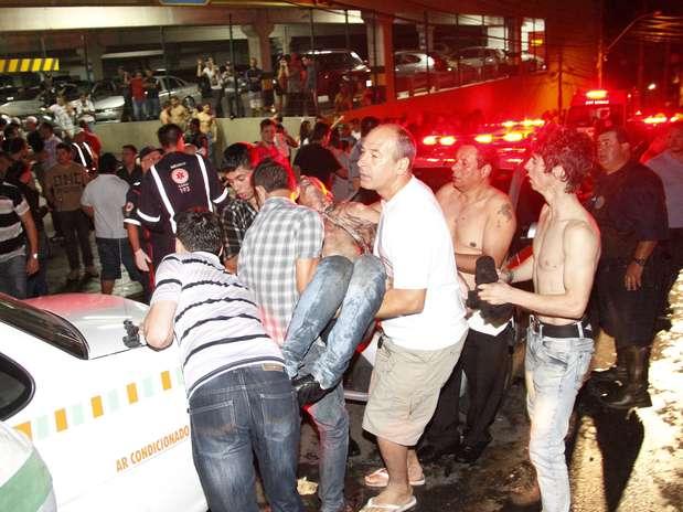 Um incêndio de grandes proporções em uma casa noturna ocorreu na madrugada deste domingo em Santa Maria (RS). O incidente, que começou por volta das 2h30, ocorreu na Boate Kiss, na rua dos Andradas, no centro da cidade. Segundo um segurança que trabalhava no local no momento do incêndio, muitas pessoas foram pisoteadas. Por volta das 10h40, foi encerrada a remoção dos corpos das vítimas em um caminhão da Brigada Militar. Eles foram levados para um ginásio da região central onde será feito o reconhecimento. O Corpo de Bombeiros acredita que o fogo teria iniciado com um sinalizador Foto: Deivid Dutra / Agência Freelancer