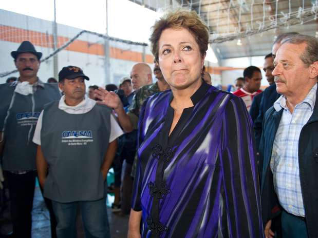 Presidente Dilma Rousseff visita local onde os corpos das vítimas foram levados para reconhecimento Foto: Vinicius Costa / Futura Press