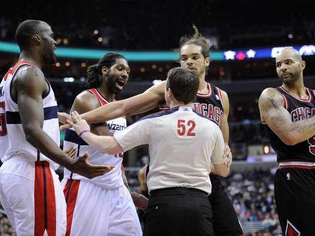 Ao lado de Emeka Okafor, Nenê foi o grande destaque na vitória dos Wizards sobre o Chicago Bulls Foto:  / AP