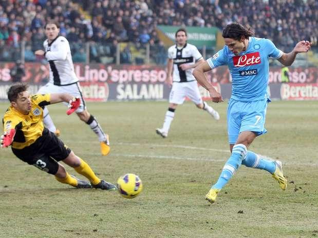 Aos 40min do segundo tempo, Cavani marcou o gol da importante vitória do Napoli sobre o Parma Foto:  / EFE