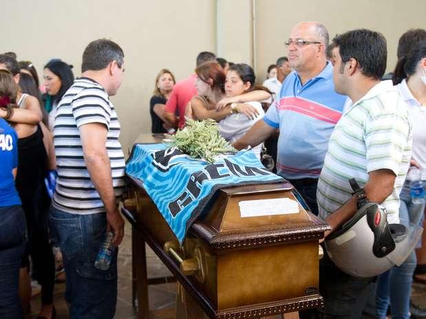 Famílias realizam velório coletivo após a tragédia na qual mais de 230 pessoas morreram em um incêndio Foto: Vinicius Costa / Futura Press