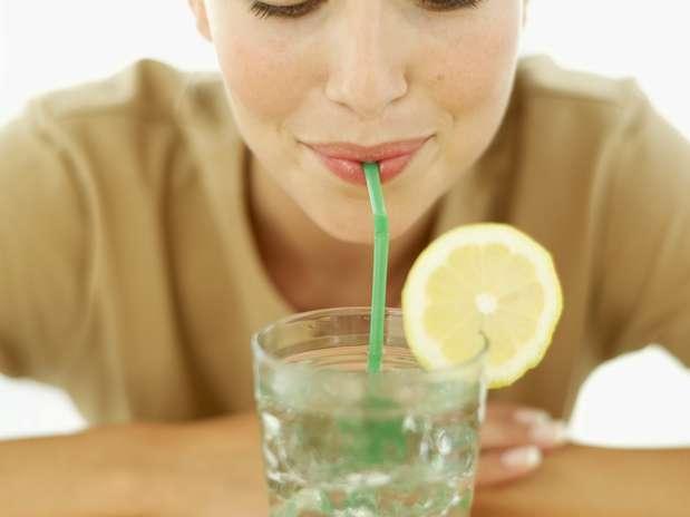 Dar goles pequenos é uma forma de reduzir o consumo de bebidas e, consequentemente, cortar calorias Foto:  / Getty Images