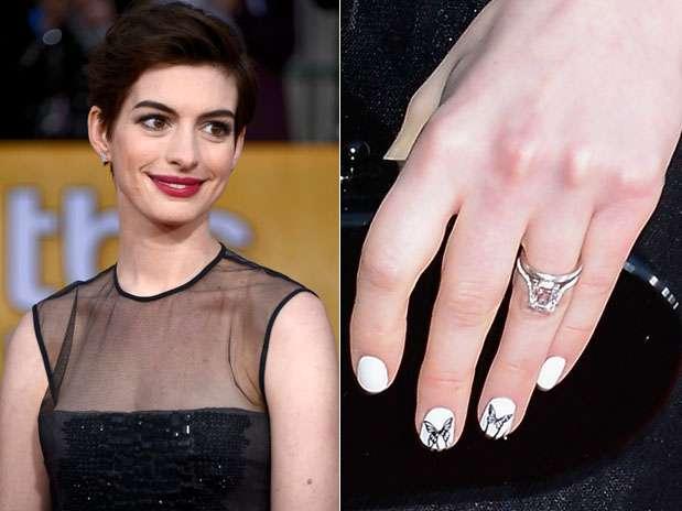 A premiada da noite no SAG Awards, Anne Hathaway, que levou a estatueta de melhor atriz coadjuvante por Os Miseráveis, optou por uma unha branco puríssimo com desenho de uma borboleta em preto em alguns unhas Foto: Getty Images