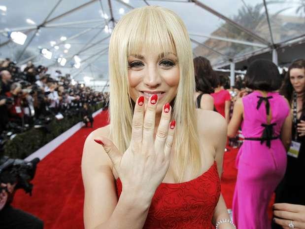 Kaley Cuoco pintou as unhas de vermelho e fez corações em rosa claro Foto:  / Reuters