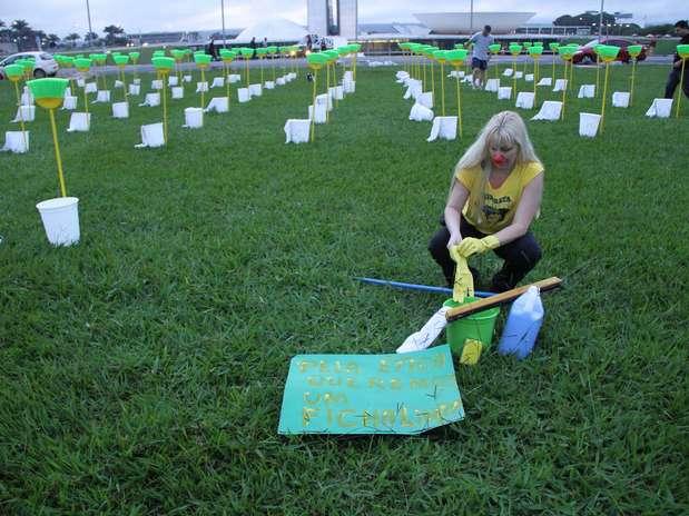 Vassouras, baldes e panos de chão foram usados na manifestação Foto: Elio Rizzo / Futura Press