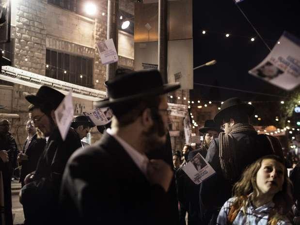 Judeus ultraortodoxos do Satmar Hasidic durante campanha eleitoral no bairro Mea Shearim, em Jerusalém Foto:  / AFP